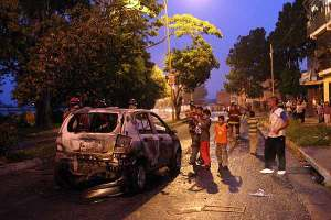 uno-de-los-vehiculos-incendiados-por-los-disturbios-en-meridapreview