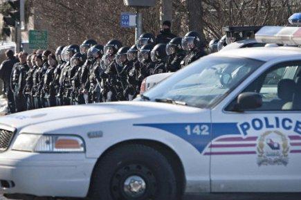[Jour II] What the f*ck ! Qui est en train de décalisser le Québec ?! 146481-policiers-escouade-anti-emeute-casques