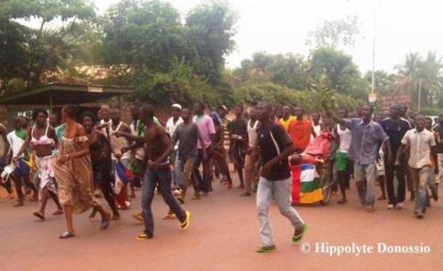 des-jeunes-protestant-contre-les-exactions-des-rebelles-de-la-sc3a9lc3a9ka-photo-hippolyte-donossio