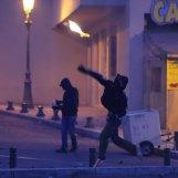 commissariat de bastia les manifestants attaquent les forces de l'ord