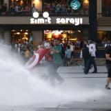 5971063-turquie-la-police-disperse-des-manifestants-avec-des-canons-a-eau