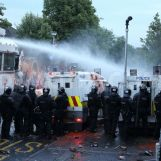 1373673532-protestants-confronted-by-police-at-woodvale-road-in-belfast_2251032