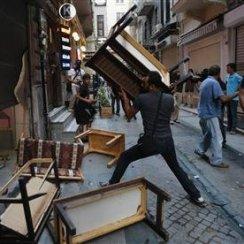 2013-07-13T192643Z_1_CBRE96C1I0M00_RTROPTP_2_TURKEY-PROTESTS-POLICE