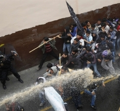 peru_protesters_clash_with_police__water_canon__2_3_4_N2