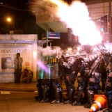 LA POLICÍA DISPERSA PROTESTA FRENTE A LA CASA DE GOBERNADOR DE RÍO DE JANEIRO