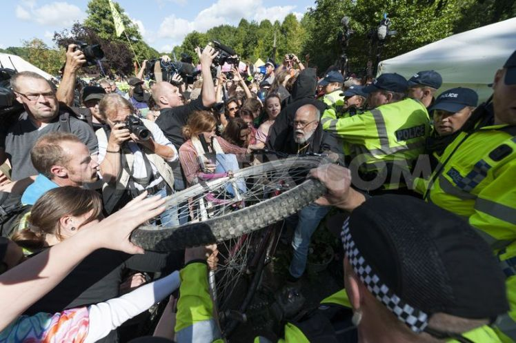 1376912939-balcombe-road-closed-as-antifracking-protesters-change-tack_2458998