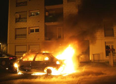 Saint sylvestre plus de 1000 voitures br l es 31 d cembre 2013 anthropologie du pr sent - Garage renault vaulx en velin ...
