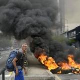 6994717-venezuela-barricades-a-caracas-le-president-maduro-prepare-un-dialogue-national