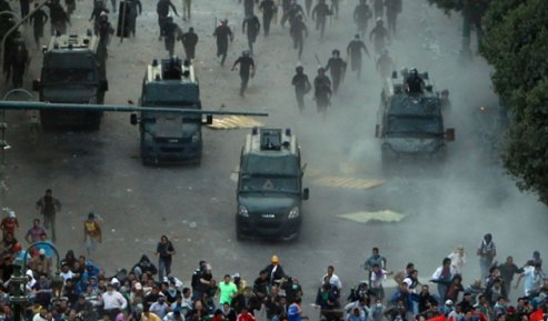 protesters-police-tahrir-square