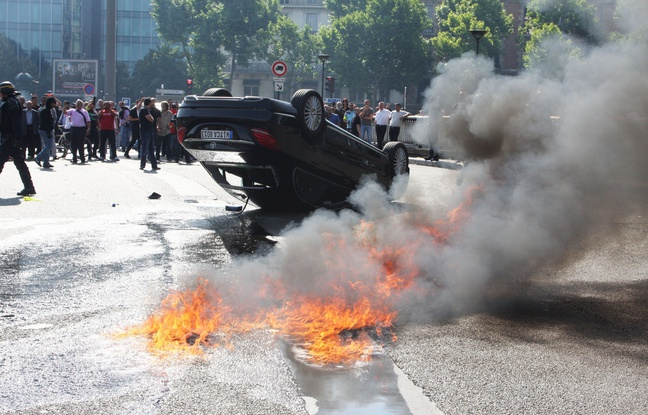 Xvoiturebrulependantmanifestationtaxisantiuberjuin - Taxi porte maillot